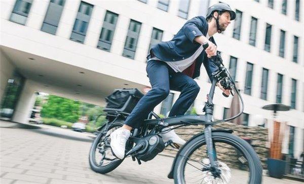 这款电动自行车可折叠:10秒叠好推着走